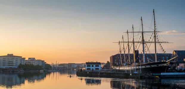 El SS Great Britain al atardecer, anclado en Bristol