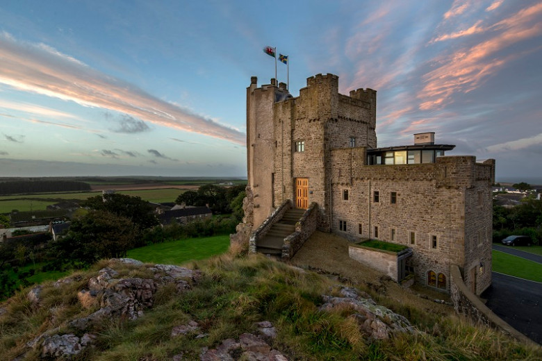 Pink-Skies-over-Roch-Castle-Pembrokeshire